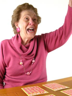 Personne âgée et loto bingo